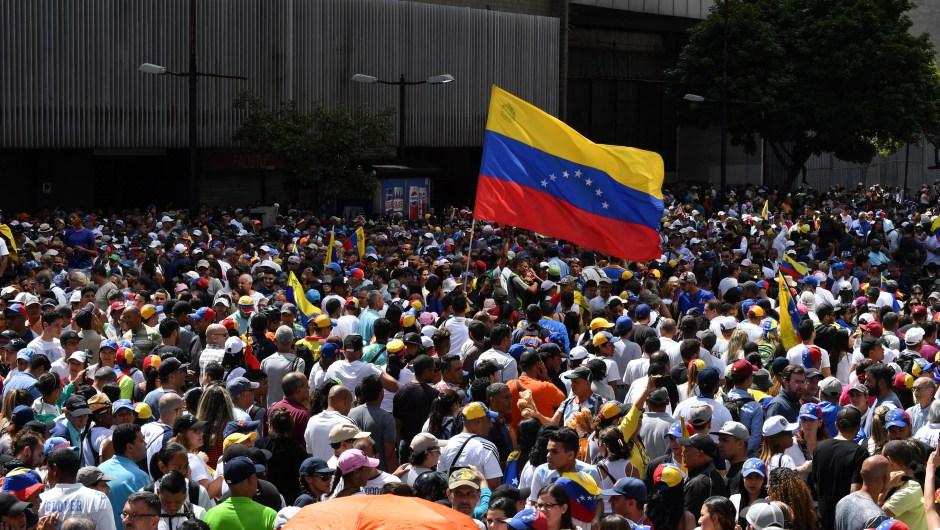 Partidarios de la oposición venezolana salen a las calles para protestar contra el gobierno del presidente Nicolás Maduro. Crédito: YURI CORTEZ / AFP / Getty Images