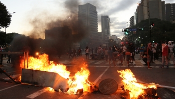 CARACAS, VENEZUELA - JANUARY 23: Demonstrators during a protest against the government of Nicolas Maduro at Plaza Altamira after opposition leader and head of the National Assembly Juan Guaido declared self interim president on January 23, 2019 in Caracas, Venezuela. Several countries such us US. Canada, Brazil, Chile, Argentina, Brazil, Colombia, Peru, Ecuador and Guatemala officially accepted Guaido. Head of Supreme Justice tribunal Juan Jose Mendoza urged general attorney to act against a constitution violation. (Photo by Edilzon Gamez/Getty Images)
