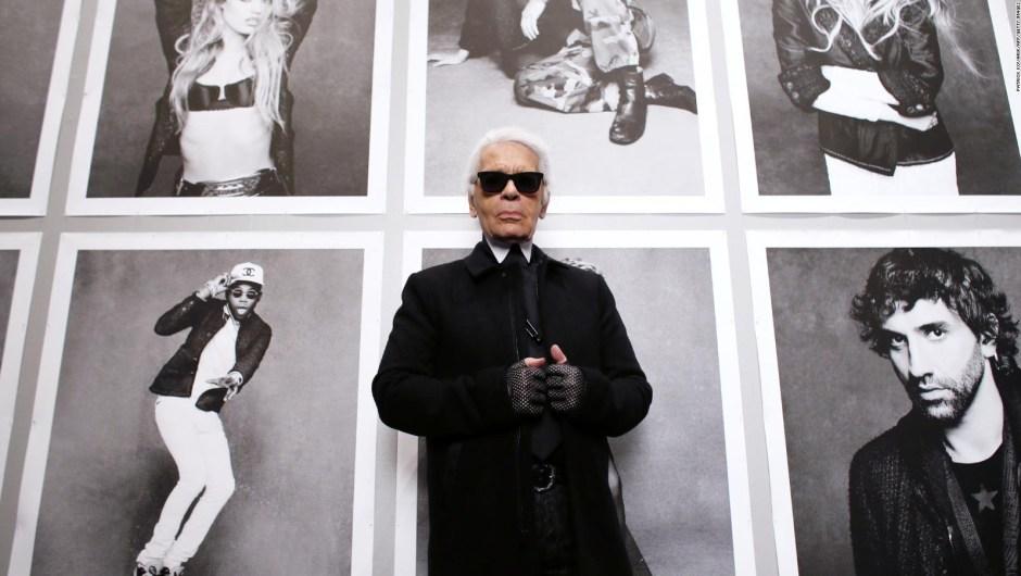 """Aquí, Lagerfeld posa en la inauguración de su exposición """"Little Black Jacket"""" en el Grand Palais de París en 2012. Crédito: PATRICK KOVARIK/AFP/Getty Images"""