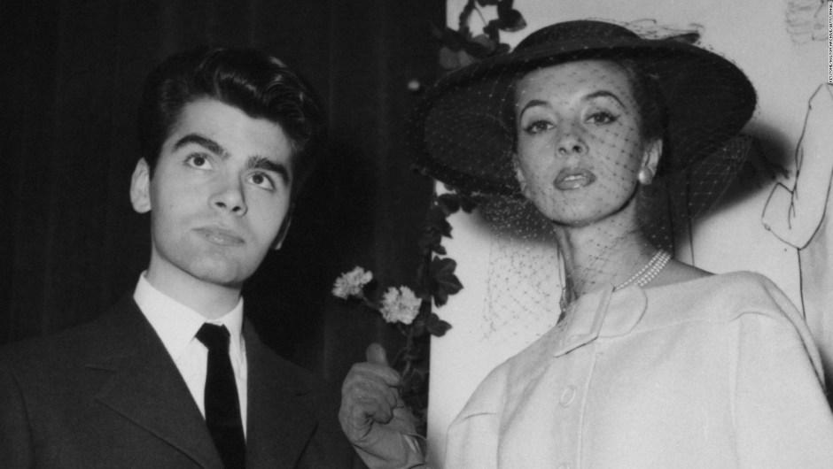 Lagerfeld tras ganar la categoría de abrigos en un concurso de diseño patrocinado por el Secretariado Internacional de la Lana en 1954. Crédito: Keystone/Hulton Archive/Getty Images