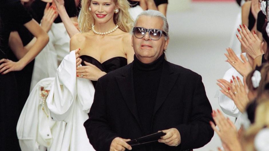 Karl Lagerfeld, seguido por la modelo alemana Claudia Schiffer, en el desfile Otoño-Invierno 1995 de Chanel. Crédito: PIERRE VERDY/AFP/Getty Images