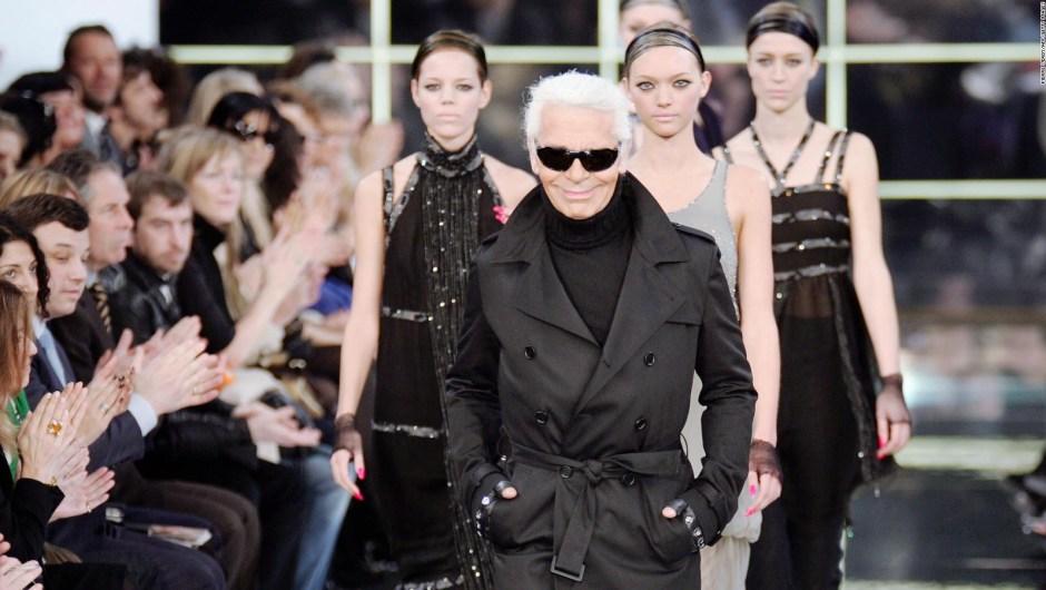 Lagerfeld agradece al público al final del desfile Otoño-Invierno 2007 de Chanel. Crédito: PIERRE VERDY/AFP/Getty Images