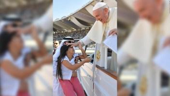 Niña elude la seguridad para saludar al papa