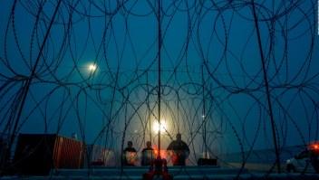 Una ciudad condena el uso de alambre de púas en la frontera