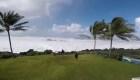 Una gran ola llega hasta un jardín en Hawai
