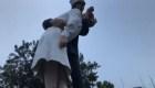 Vandalizan estatua del icónico beso del marinero a la enfermera