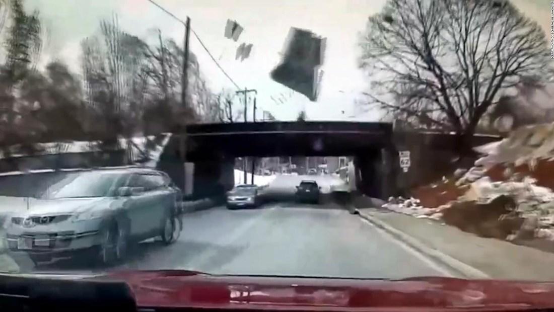 El viento voló un techo en Lancaster, Massachusetts