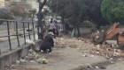 Personas comen en tiraderos de basura en Venezuela