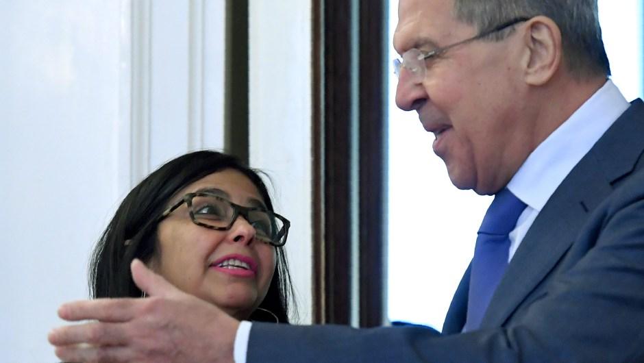 Sergei Lavrov (der.) le da la bienvenida a Delcy Rodríguez durante una reunión en Moscú el 6 de febrero de 2017. Crédito: KIRILL KUDRYAVTSEV / AFP / Getty Images