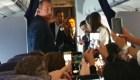 Guaidó recibe apoyo en el avión que lo llevó a Venezuela: ¡Sí se puede!