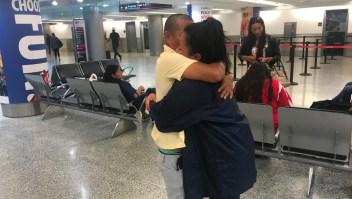 Hija y padre se abrazan tras meses en centro de detención