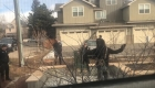 Un policía apunta su arma a un hombre negro que recogía basura