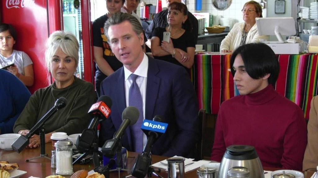 Gobernador de California se reúne con residentes de San Ysidro