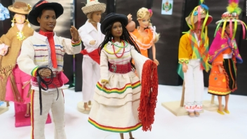 La muñeca barbie se viste de cholita