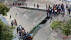 Venezolanos desesperados recolectan agua de río maloliento