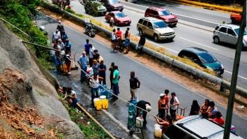 Con envases en mano los venezolanos van en busca de agua