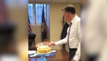 La forma de Mitt Romney de soplar velas tiene una explicación