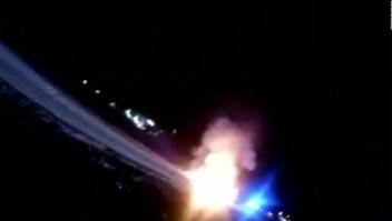 Policías salvan a conductor de morir quemado