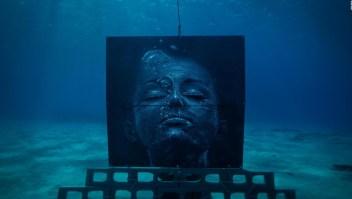 Surfista pinta impresionantes murales submarinos