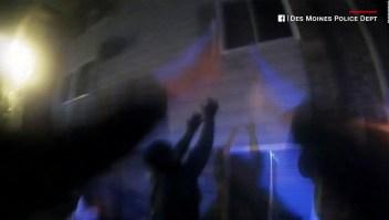 Policías atrapan a tres niños saltando de un apartamento en llamas