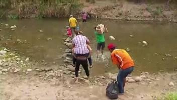 Los venezolanos pasan a Colombia por caminos ilegales
