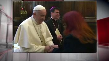 La curiosa actitud del papa Francisco para evitar que le besaran el anillo