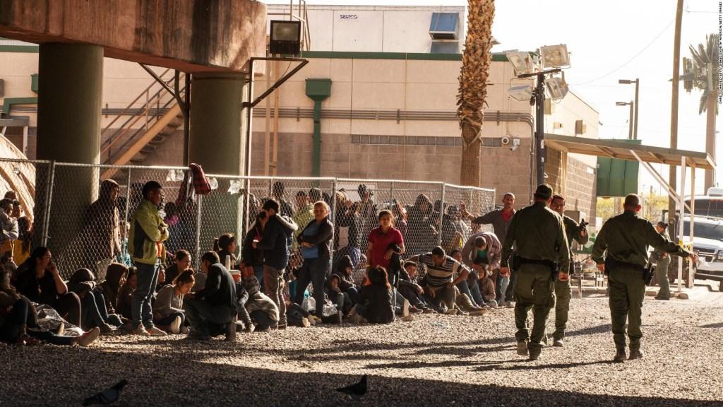 Por falta de espacio, procesan inmigrantes bajo un puente
