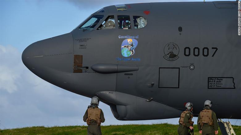 La Fuerza Aérea de Estados Unidos despliega bombarderos B-52 en Europa como mensaje a Rusia | CNN