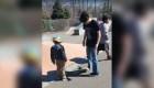 Niño con autismo recibe lección de patinaje en su cumpleaños