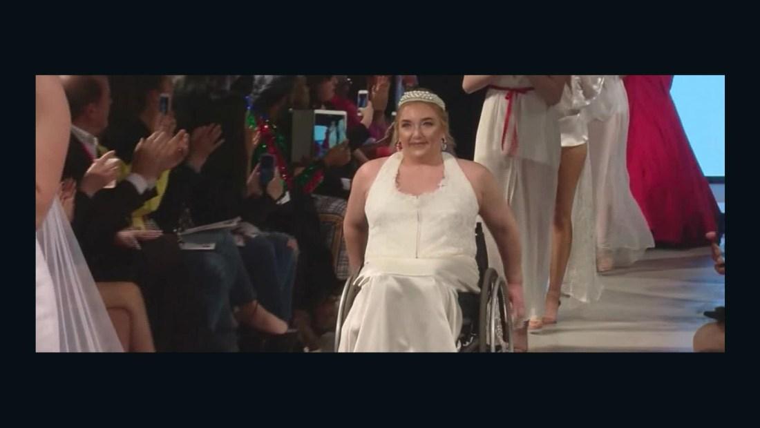 Por la pasarela en silla de ruedas