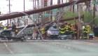 Poste de electricidad cae sobre un carro