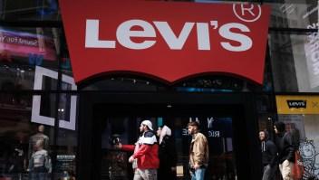 Levis Strauss reporta ganancias en el primer reporte desde su salida a bolsa
