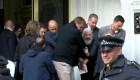El momento en que Assange sale de la embajada
