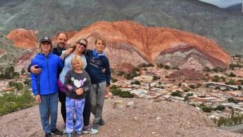 Familia argentina viaja por América en un autobús restaurado