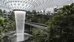 Mira esta imponente cascada dentro de un aeropuerto