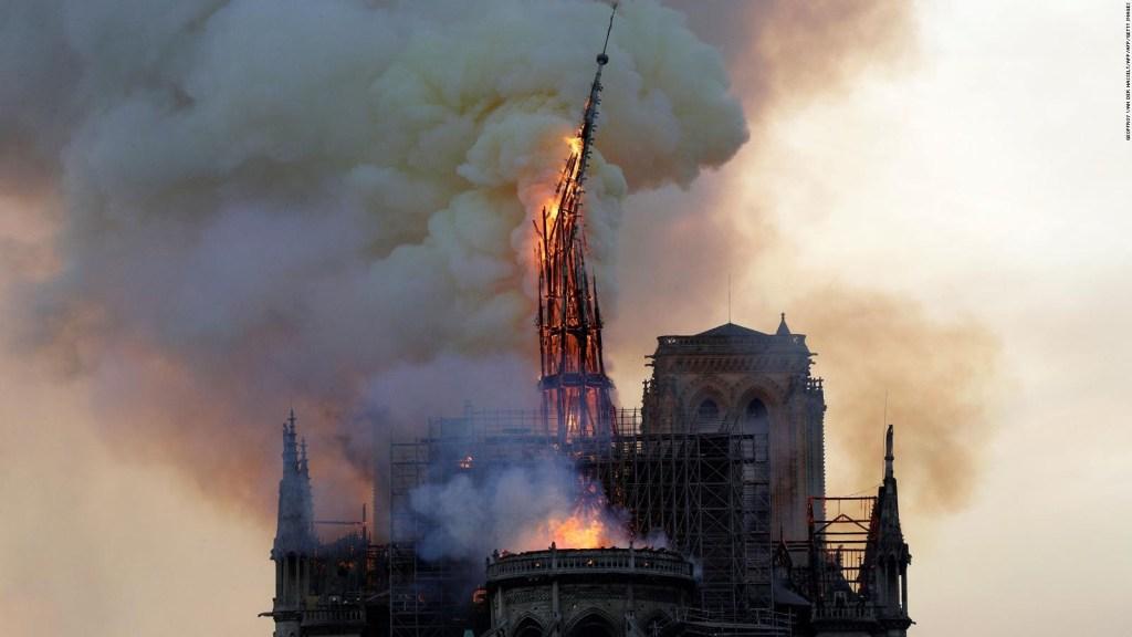 Por las llamas colapsó la aguja de Notre Dame