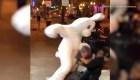 Disfrazado de conejo intervino en una pelea callejera