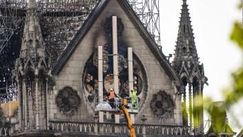 Fumaban en Notre Dame trabajadores encargados de su renovación