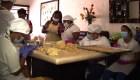 Emplean a personas con síndrome de Down en una cafetería