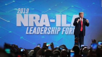 Investigan a la NRA y Trump sale en su defensa