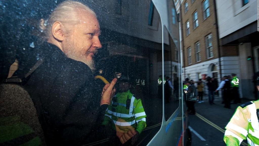 Denuncian espionaje contra Julian Assange