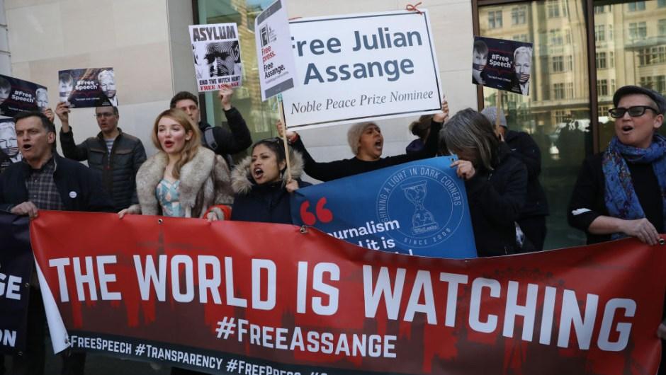 assange cargos ee.uu. extradición manifestaciones liberen libre wikileaks espionaje primera enmienda Edward Snowden nacionalidad Ecuador embajada