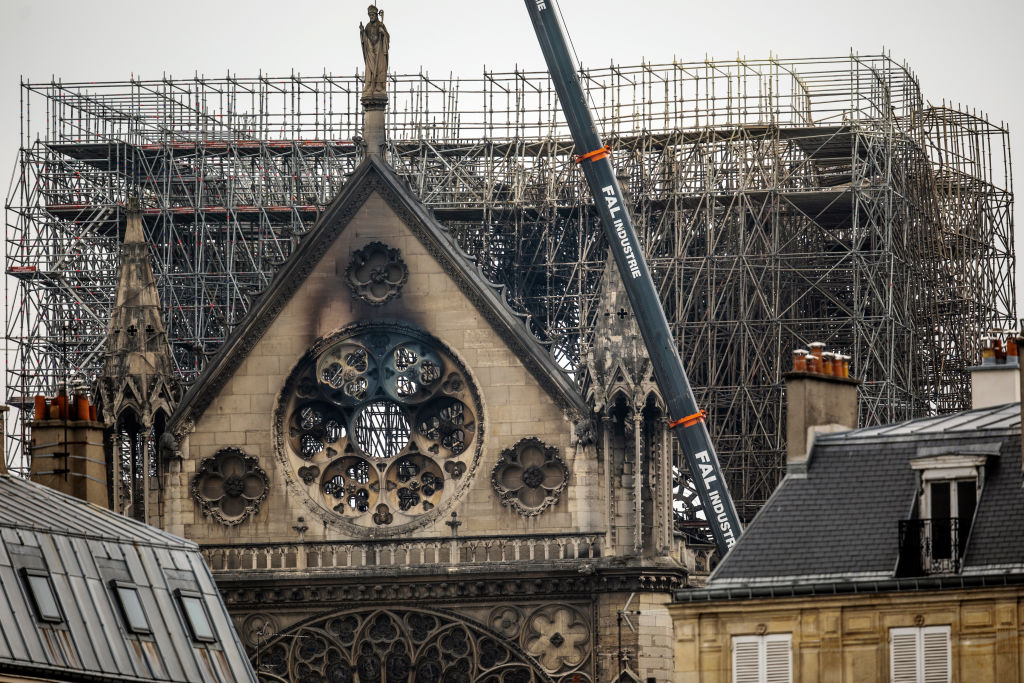 iglesia catedral noticias incendio notre dame investigación llamas fuego PARIS, FRANCE - APRIL 16: Damage caused to Notre-Dame Cathedral following a major fire yesterday on April 16, 2019 in Paris, France. A fire broke out on Monday afternoon and quickly spread across the building, causing the famous spire to collapse. The cause is unknown but officials have said it was possibly linked to ongoing renovation work. (Photo by Dan Kitwood/Getty Images)