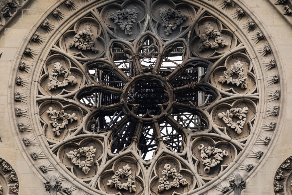 incendio iglesia catedral famosa notre dame daños recuperación reconstrucción información fuego llamas PARIS, FRANCE - APRIL 16: Damage caused to Notre-Dame Cathedral following a major fire yesterday on April 16, 2019 in Paris, France. A fire broke out on Monday afternoon and quickly spread across the building, causing the famous spire to collapse. The cause is unknown but officials have said it was possibly linked to ongoing renovation work. (Photo by Dan Kitwood/Getty Images)