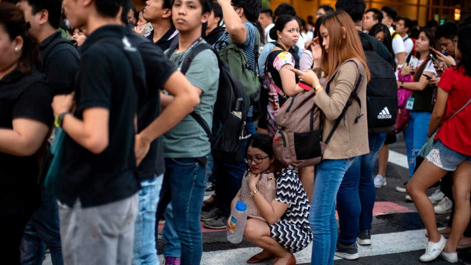 Un grupo de personas en un área abierta en Manila, después del potente sismo que sacudió Filipinas el 22 de abril de 2019. Crédito: NOEL CELIS / AFP / Getty Images