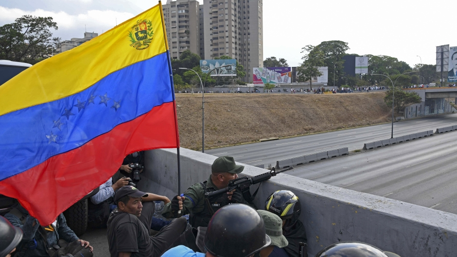 Soldados leales al líder opositor venezolano y autoproclamado presidente en funciones, Juan Guaidó, se posicionan frente a la base de La Carlota en Caracas el 29 de abril de 2019. Crédito: YURI CORTEZ / AFP / Getty Images