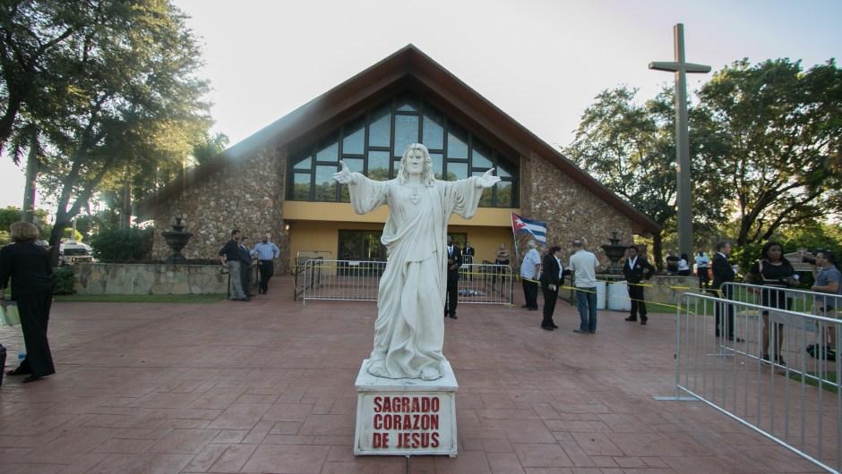 Vista frontal de la iglesia católica de St. Brendan en Miami, Florida. (Crédito: John Parra / Getty Images)