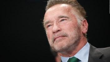 Hombre ataca a Schwarzenegger con una patada voladora