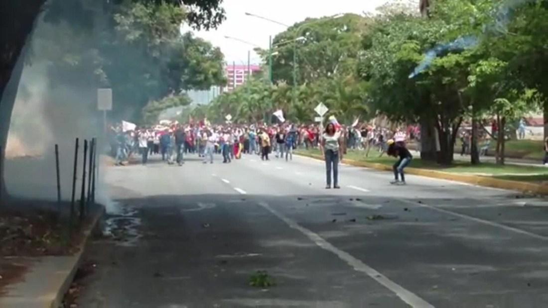 Militares venezolanos disparan gases a manifestantes