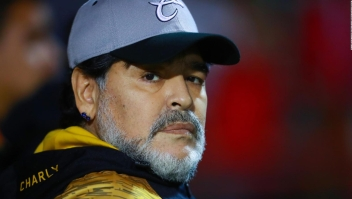 ¿Debe seguir entrenando Maradona en México?